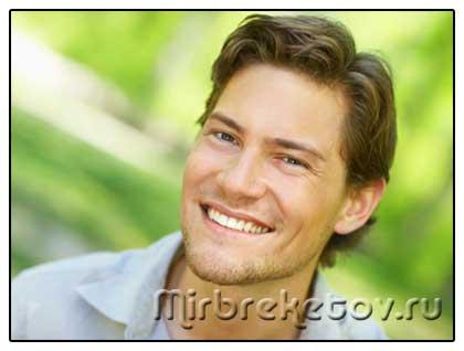 Фото мужчины с незаметными капами на зубах